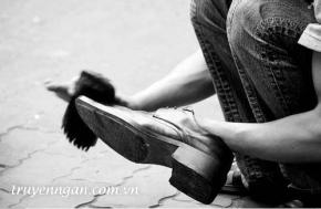 Đôi giầy và cốc nước mía