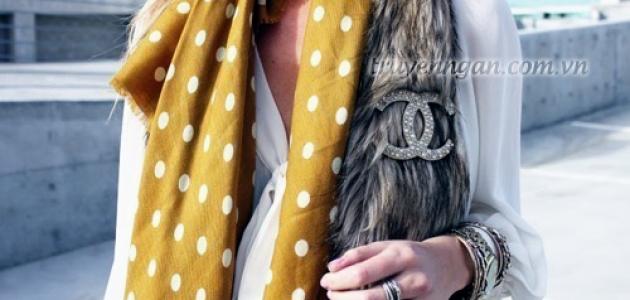 Chiếc khăn lụa chấm bi